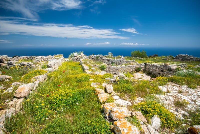 Die Ruinen von altem Thira, ein prähistorisches Dorf an der Spitze des Berges Mesa Vouno, Santorini stockfotografie