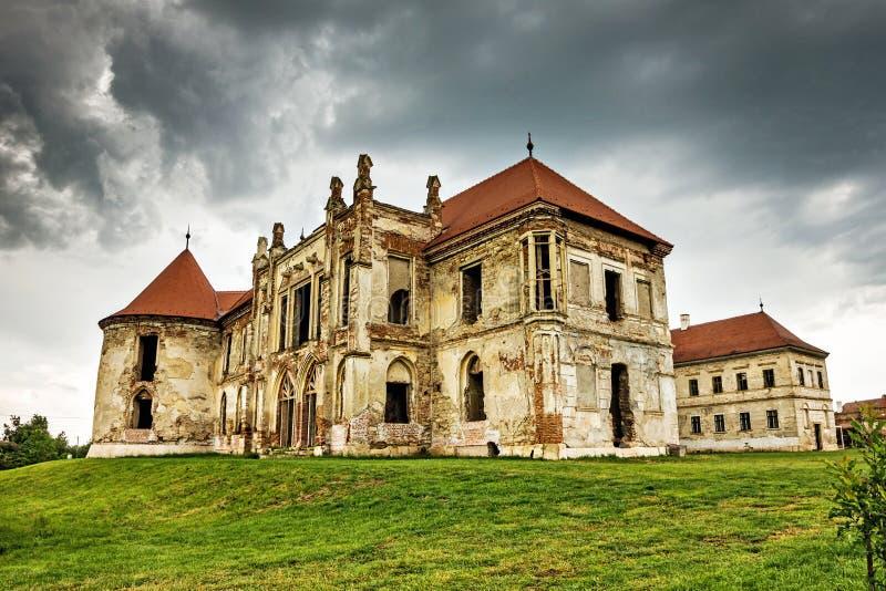 Die Ruinen von Banffy-Schloss in Bontida lizenzfreie stockfotografie