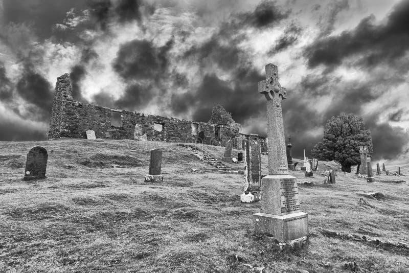 Die Ruinen von Cill-chriosd auf Insel von Skye in der künstlerischen Umwandlung des Nebels lizenzfreie stockbilder
