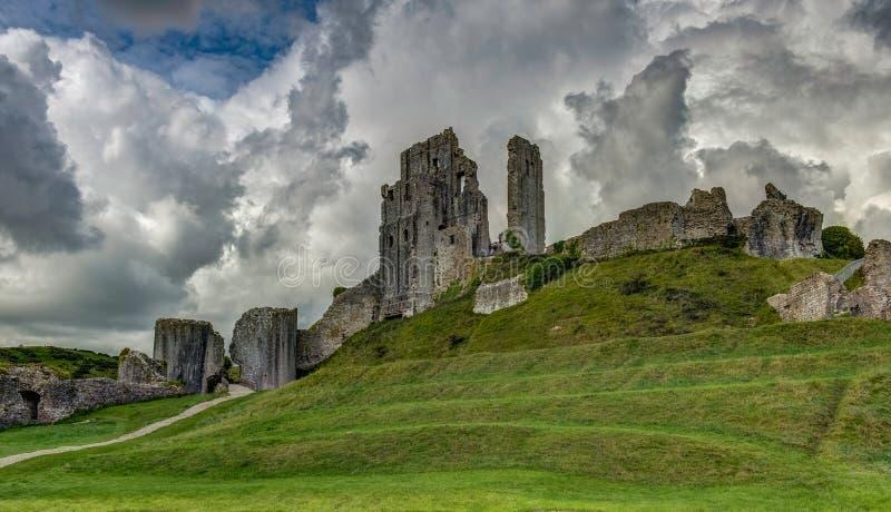 Die Ruinen von Corfe ziehen sich, Dorset, England, Vereinigtes Königreich, Euro zurück stockbild