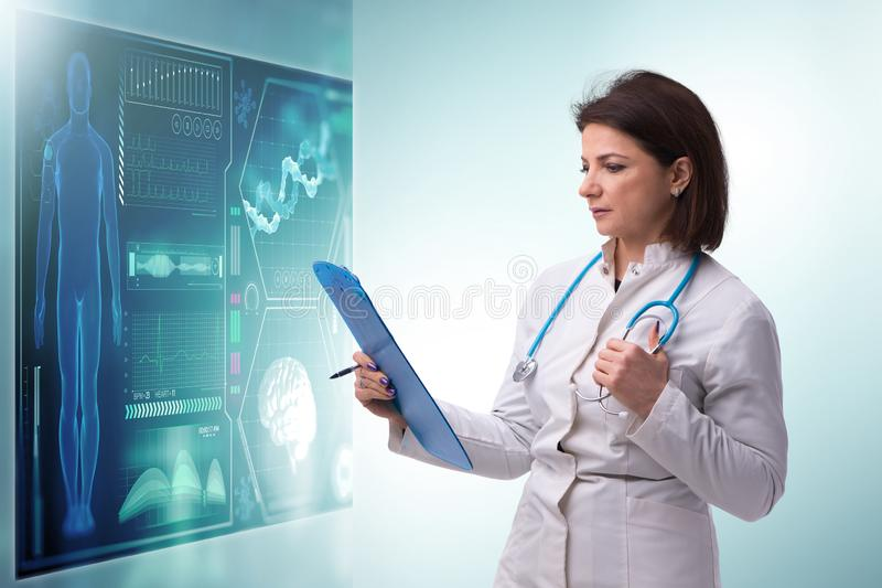 Die ?rztin im Fernmedizinkonzept, das mit Ber?hrungseingabe Bildschirm dr?ckt stockbilder