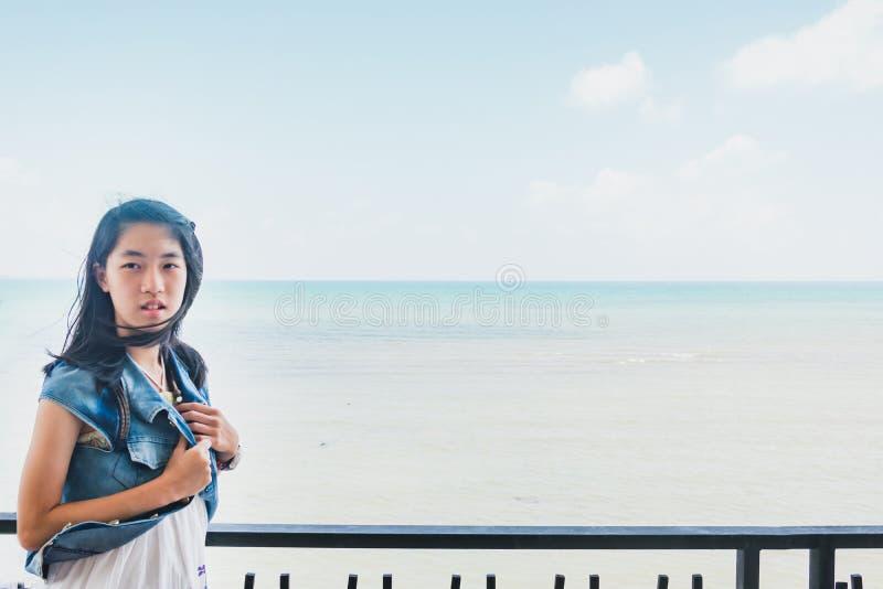 Die süßen asiatischen Mädchen, die hinter Zaun stehen und genießen Frischluft von s stockbilder