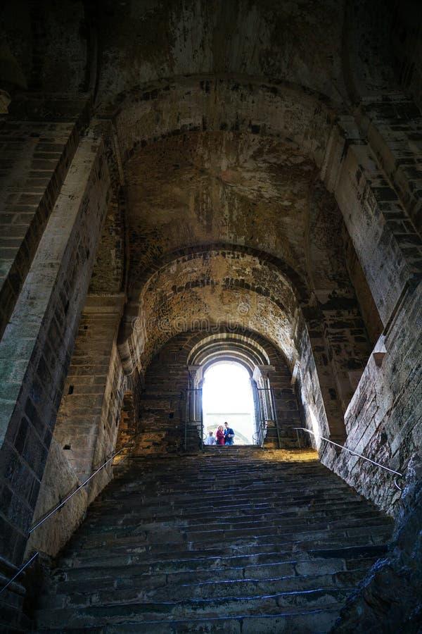 Die Sacra di San Michele, das steile und schwere Treppenhaus der Toten stockfotos