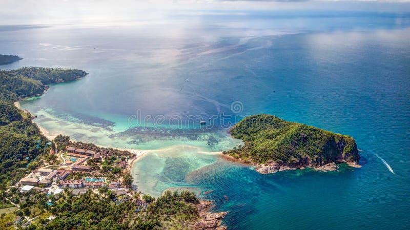 Die Sandbank zur Insel lizenzfreie stockfotografie