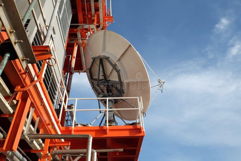 Die Satellitenschüssel wird auf das Offshore eingestellt stockbilder