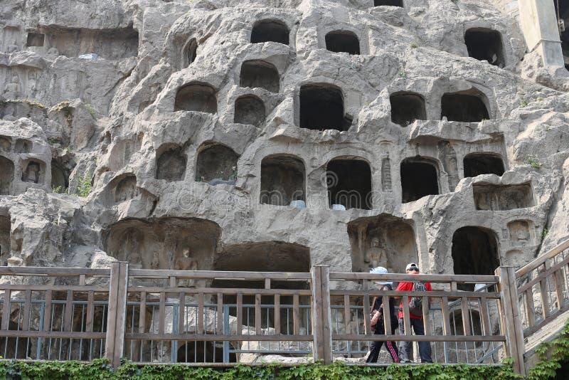 Die schädigenden Statuen an Longmen-Grotten lizenzfreie stockfotos