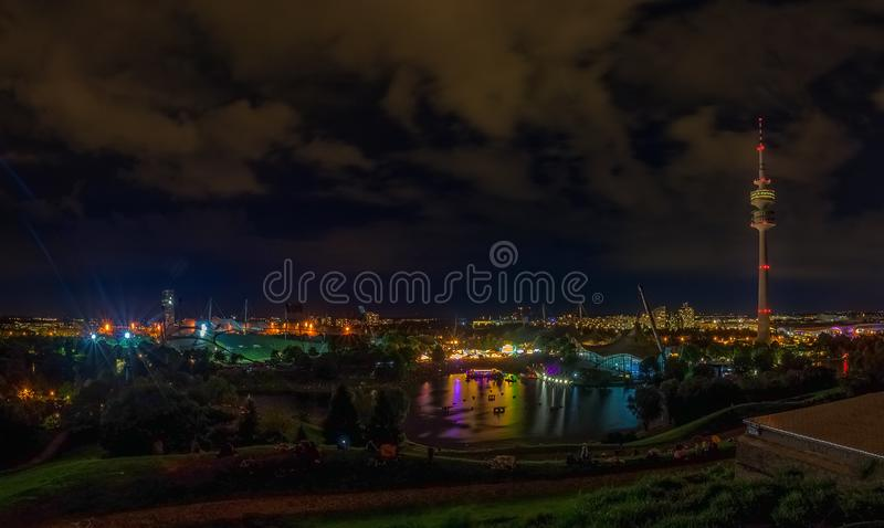 Die sch?ne Ansicht des Olympiaparks nachts lizenzfreie stockfotografie