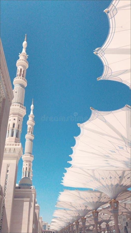 Die schöne Ansicht von riesigen Regenschirmen an Nabawi-Moschee lizenzfreies stockbild