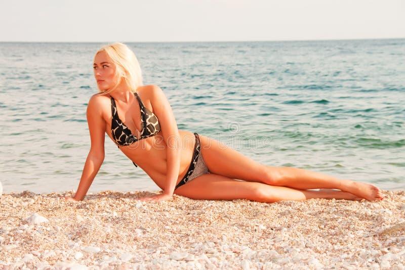 Die schöne Blondine auf Küste von Schwarzem Meer lizenzfreie stockfotografie