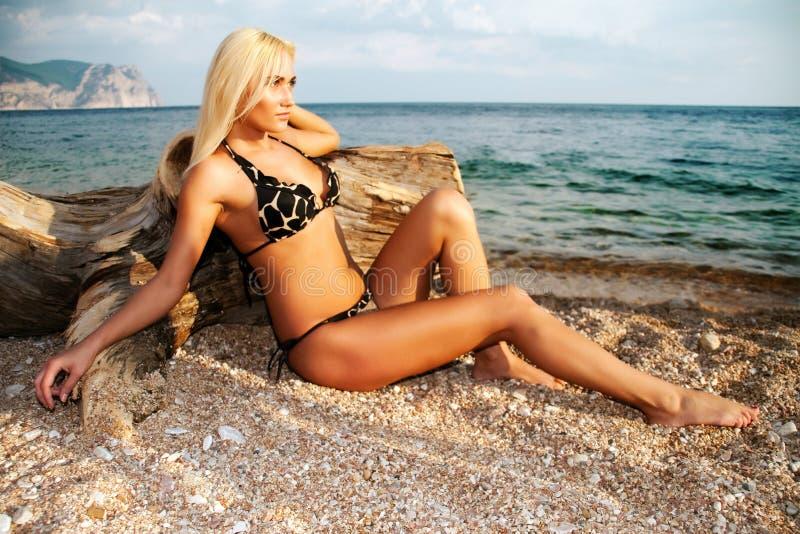 Die schöne Blondine auf Küste von Schwarzem Meer stockbild