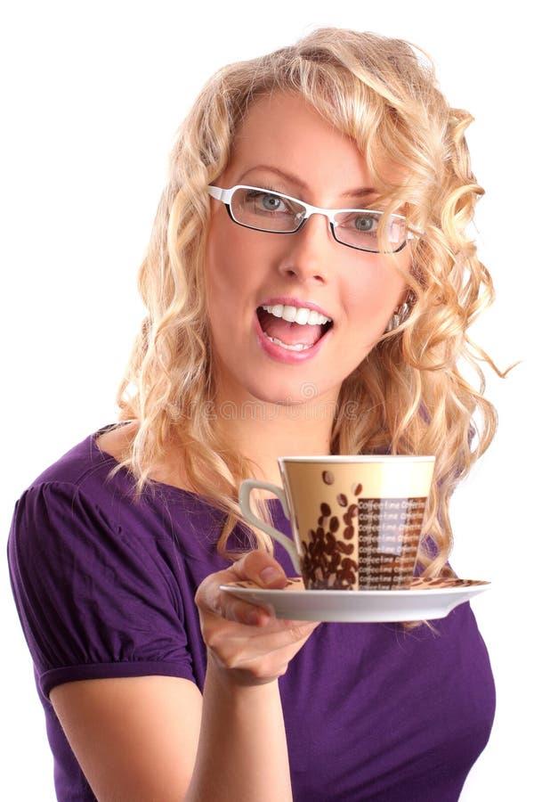 Die schöne Blondine gibt Kaffee stockbilder