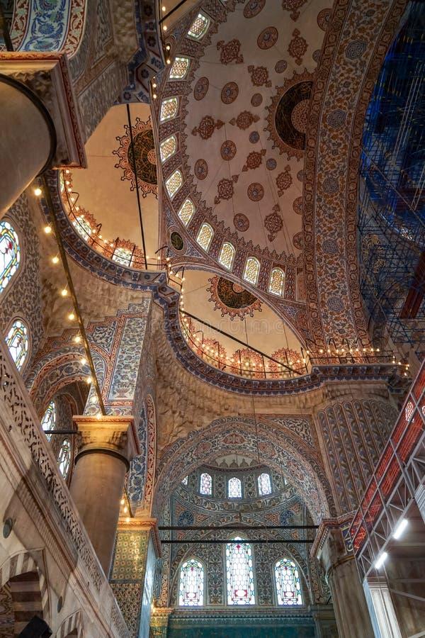 Die schöne dekorative Innendekoration der blauen Moschee der Haubendecke, der Bogenfenster und der Spalten und der Beleuchtung mi stockbilder