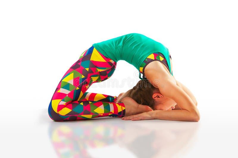 Die schöne flexible Frau, die Yoga tut, wirft auf Weiß auf lizenzfreies stockbild