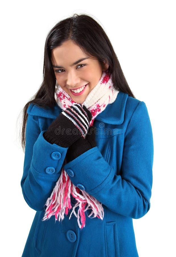 Die schöne Frau, die einen Schal tragen und ein Winter beschichten stockfoto