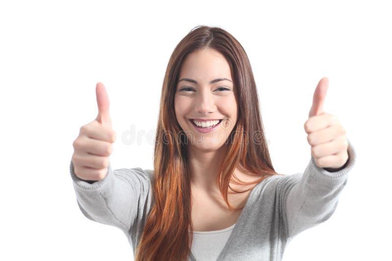 Schöne Frau, die mit beiden Daumen oben lächelt stockfotografie