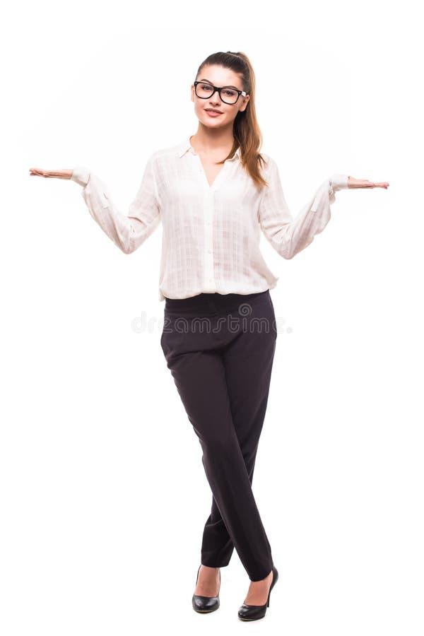 Die schöne Geschäftsfrau, die eine Skala mit ihren Armen breit macht, öffnen sich stockbilder