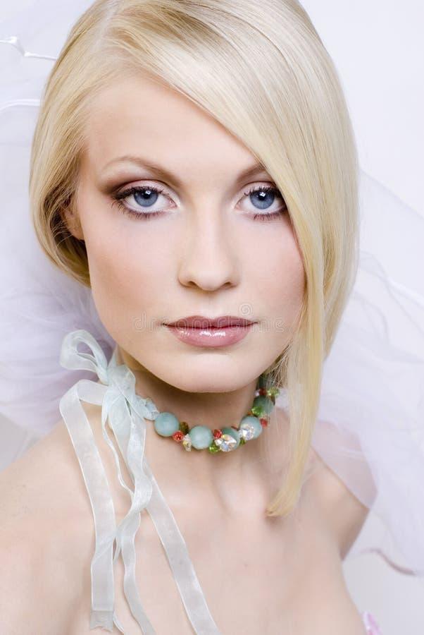 Die schöne junge Blondine stockfotos