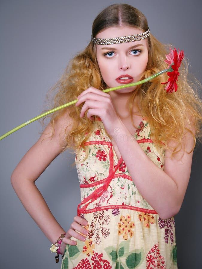Die schöne junge Frau mit einer Blume stockfotos