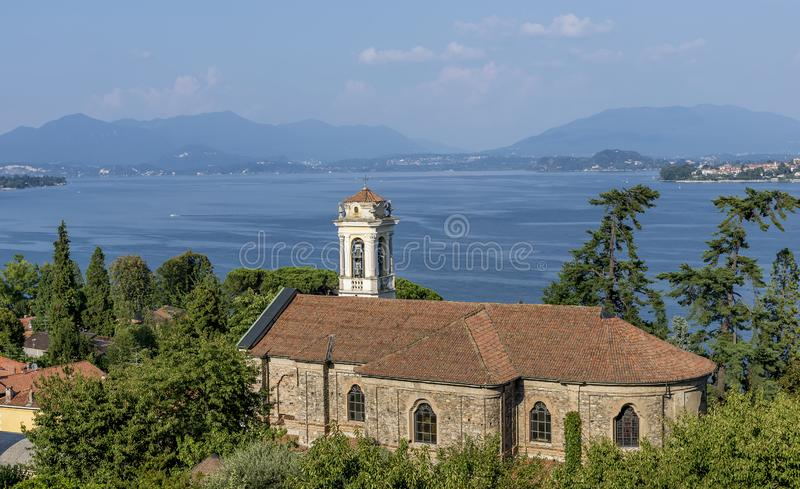 Die schöne Kirche Santa Margherita in Meina, mit Blick auf den Lago Maggiore, Novara, Italien stockfotos