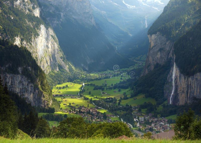 Die schöne Landschaft der Stadt Lauterbrunnen in der Schlucht stockfoto