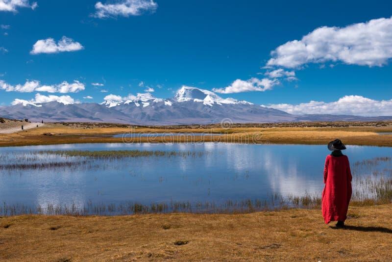 Die schöne Landschaft: Frauen und Schnee-Berg lizenzfreies stockbild