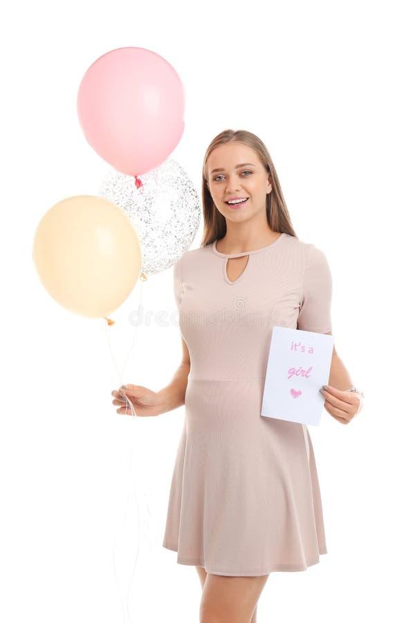 Die schöne schwangere Frau, die Luftballone und -karte mit Text IT hält, ist EIN MÄDCHEN auf weißem Hintergrund lizenzfreie stockfotos