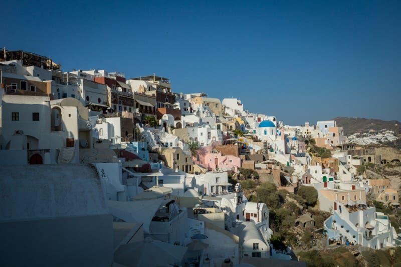 Die schöne Stadt von Oia in Santorini/in Griechenland stockfotografie
