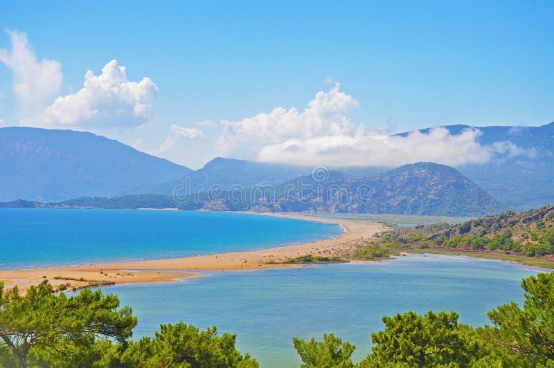 Die schöne türkische Landschaft - Meer und Berge lizenzfreie stockfotos