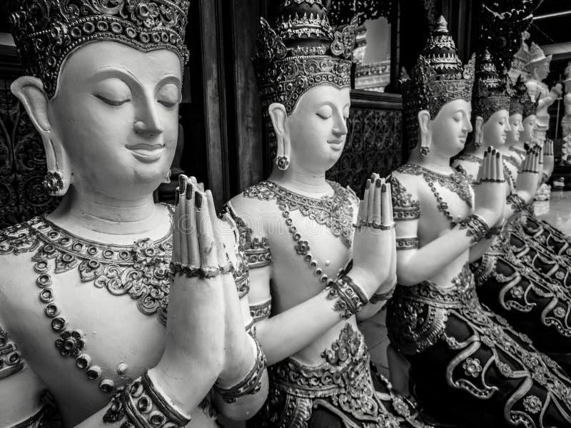 Die schönen Hände der buddhistischen Skulptur, die im Gebet, Detail von buddhistischen Zahlen umklammert wurden, schnitzten in Wa lizenzfreie stockfotografie