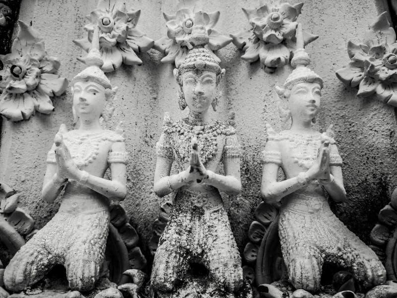 Die schönen Hände der buddhistischen Skulptur, die im Gebet, Detail von buddhistischen Zahlen umklammert wurden, schnitzten in Wa lizenzfreies stockbild