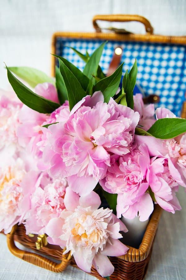Die Schönheit eines rosafrosa Bäucherbouquet in einem authentisch braunen Koffer, in der Nähe stockbild