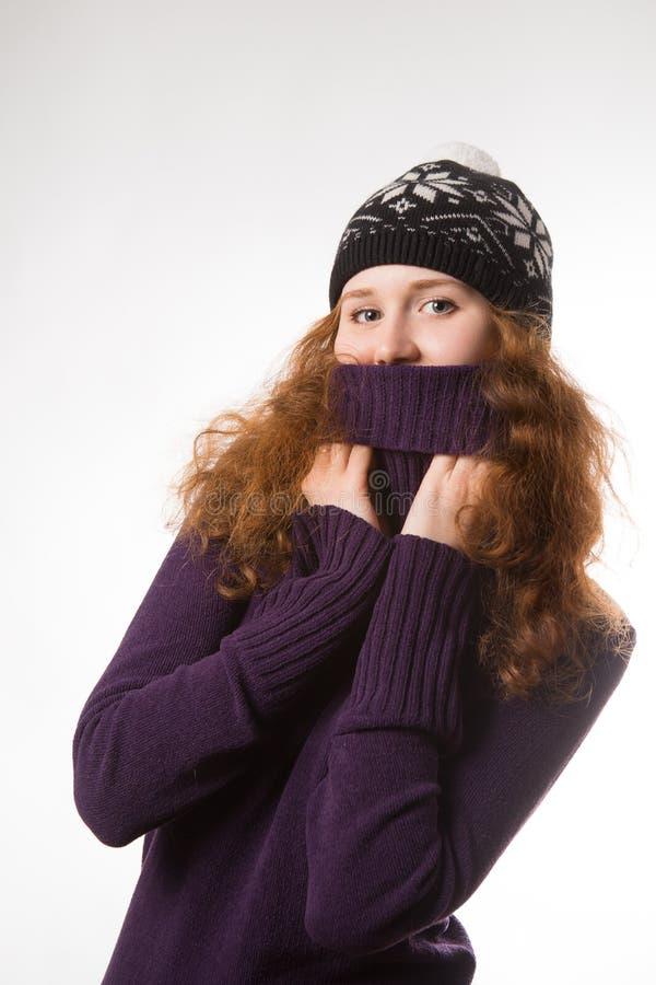 Die Schönheit kleidete in der Winterkleidung lächelnd - Atelieraufnahmen an stockbild