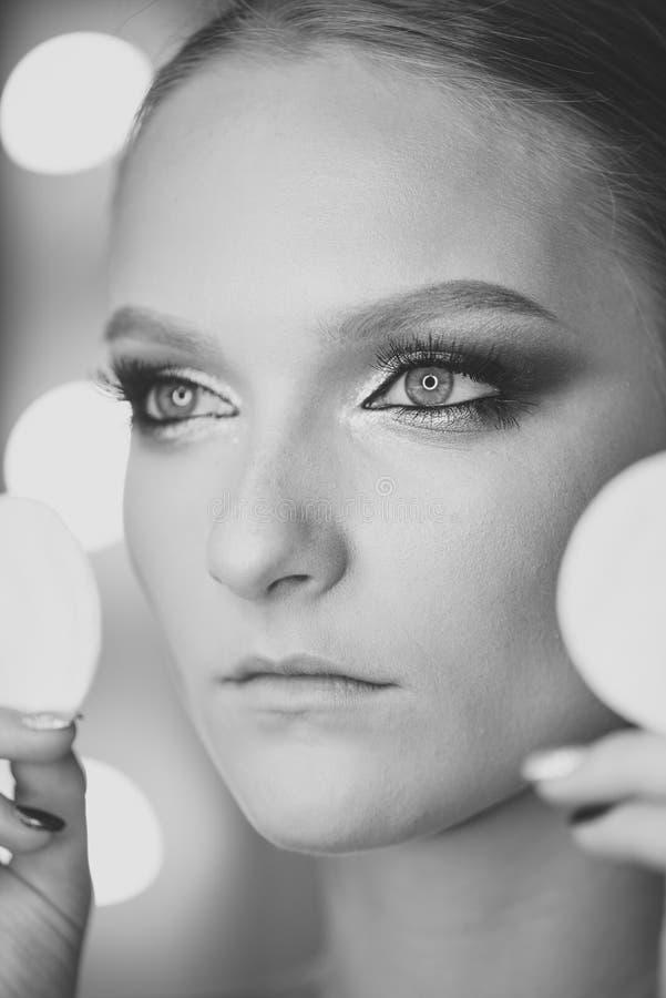 Die Schönheit, natürlich machen junge Frau, glühende gesunde Haut wieder gut stockbild
