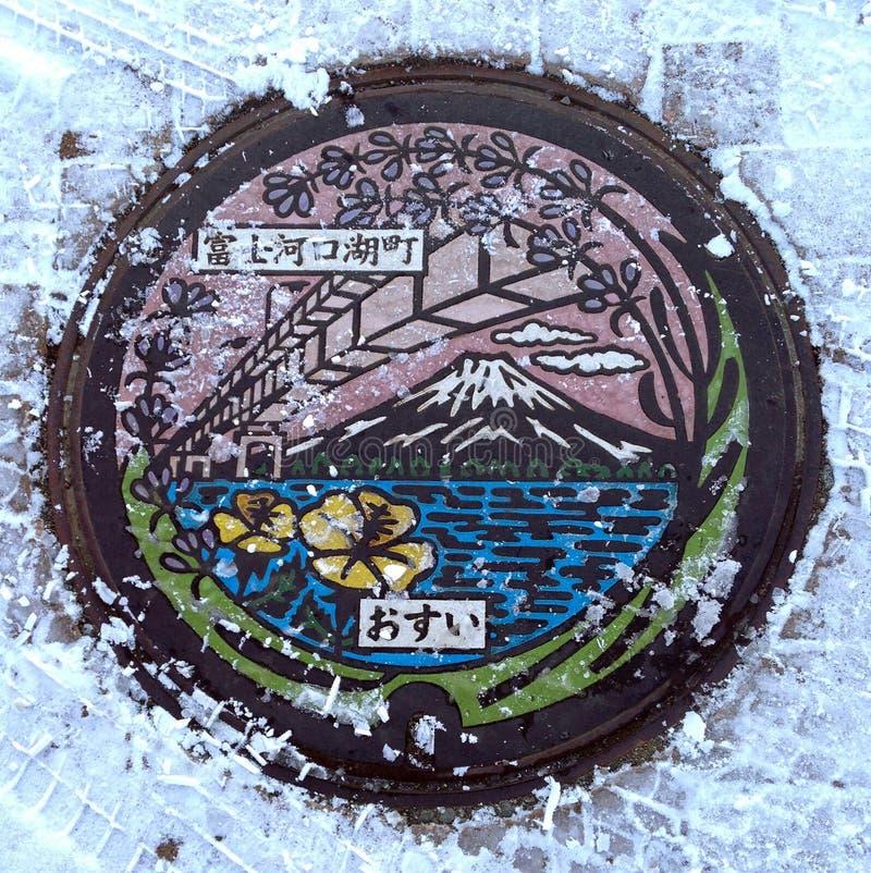 Die Schönheit von Japan's-Kanaldeckeln und von Schnee auf Winter, das japanische Sprachoberleder: Kawaguchiko-Stadt lizenzfreie stockfotos