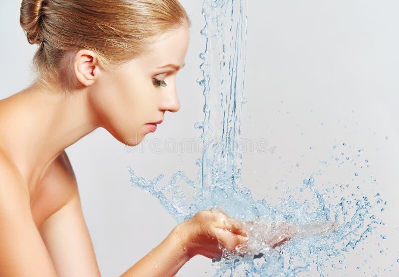 Die Schönheitsfrauenhautpflege, waschend mit spritzt vom Wasser stockbild