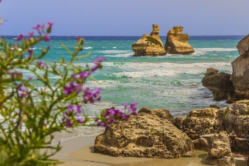 Die schönste Küste von Apulien: ` Orso Bay, ITALIEN Lecce Torre Dell lizenzfreie stockbilder