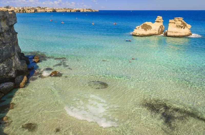 Die schönste Küste von Apulien: ` Orso Bay, ITALIEN Torre Dell lizenzfreies stockbild