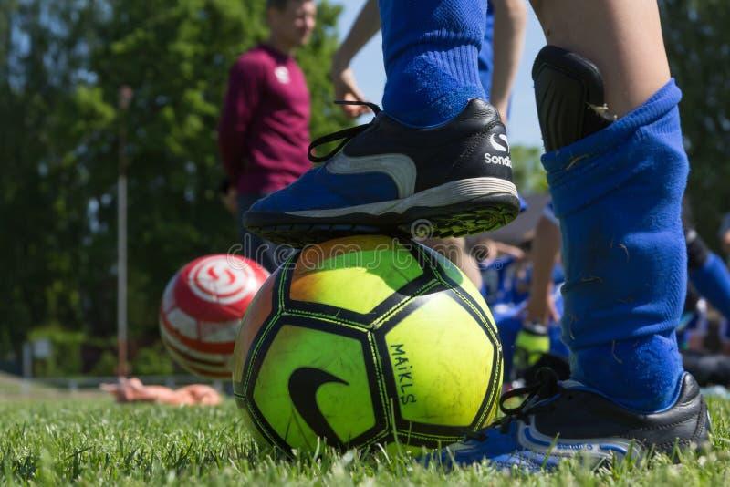 Die Schale der Shitik-Fußball-Kinder, in 19. vom Mai 2018, in Ozolnieki, Lettland stockfoto