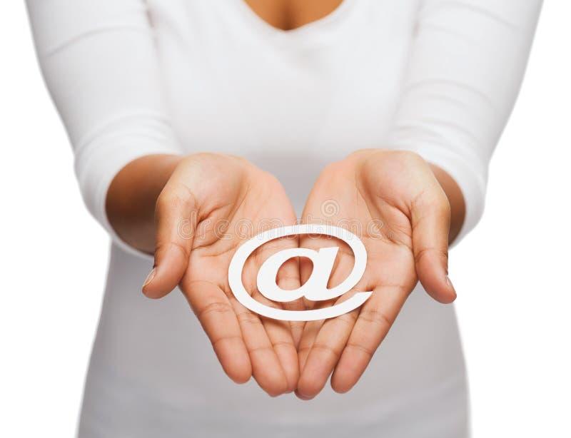 Die schalenförmigen Hände der Frau, die E-Mail-Ausschnittzeichen zeigen stockfotografie