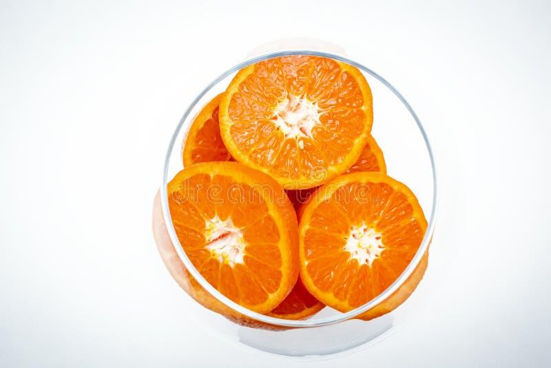 Die Scheiben der Fruchtorange im Glasvase lizenzfreies stockbild