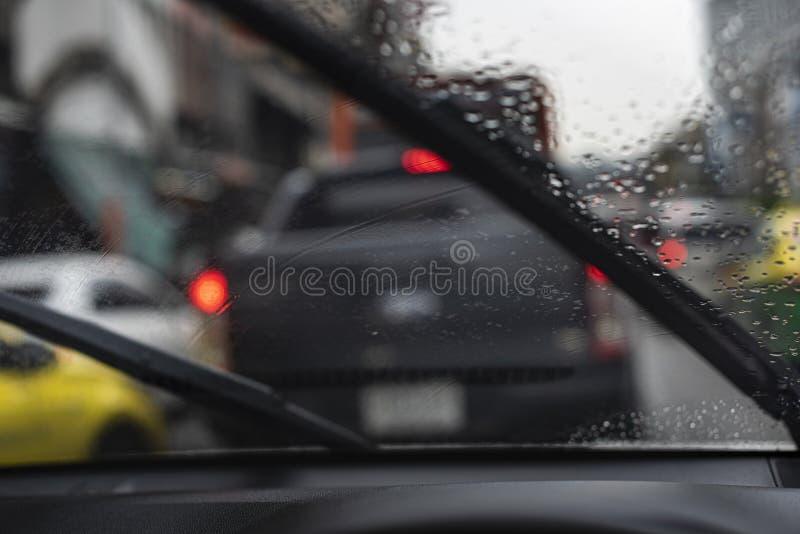 Die Scheibenwischer des Autos, die etwas arbeiten, während wenig Regen weich an fällt lizenzfreie stockfotografie