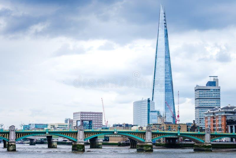 Die Scherbe im London und Southwark-Brücke über der Themse stockfotos