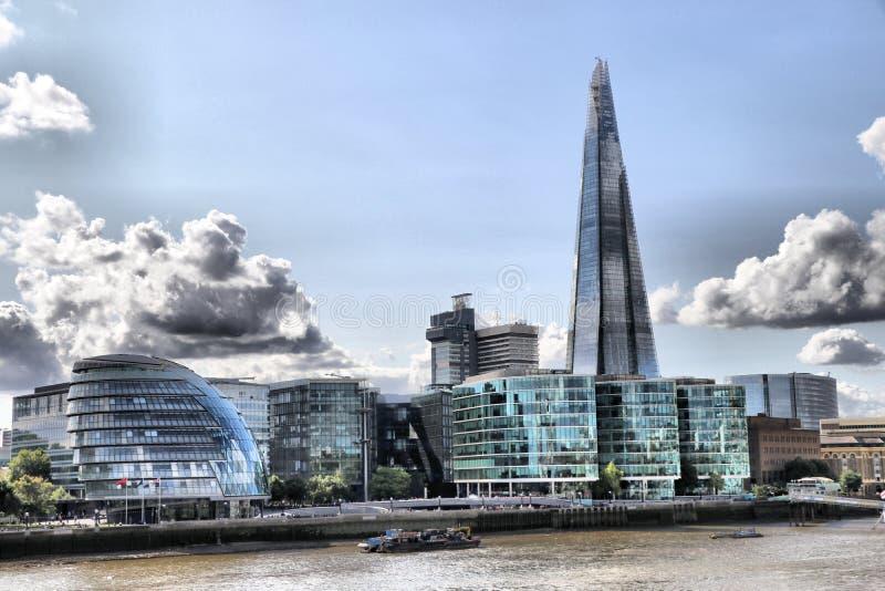 Die Scherbe und Rathaus auf den London-Skylinen stockfoto