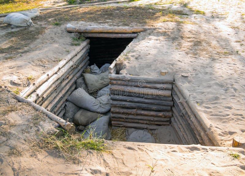 Die Schlagbolzenspitze in Form eines Grabens mit Schutz vom feindlichen Feuer stockfotografie