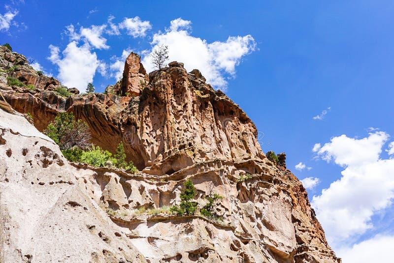 Die Schluchten und das Nischen-Haus am Bandelier-Nationaldenkmal-Park in Los Alamos, New Mexiko stockfotografie