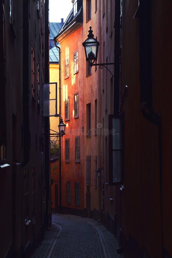 Die schmale Gasse mit alter Kopfsteinstraße in Gamla Stan, Stockholm, Schweden lizenzfreies stockbild
