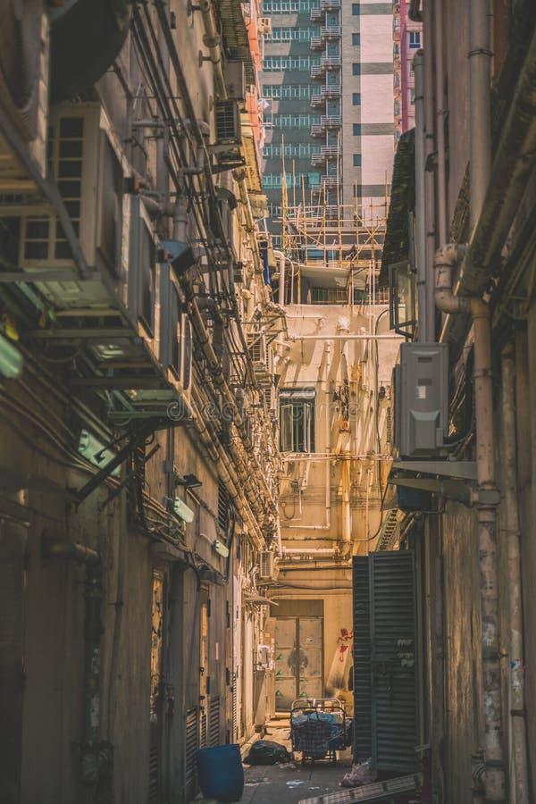 Die schmale Straße zwischen Wolkenkratzern, ein Tor, was von den Öffentlichkeiten versteckt wird, ein Rohr der Kommunikation der  stockfotos