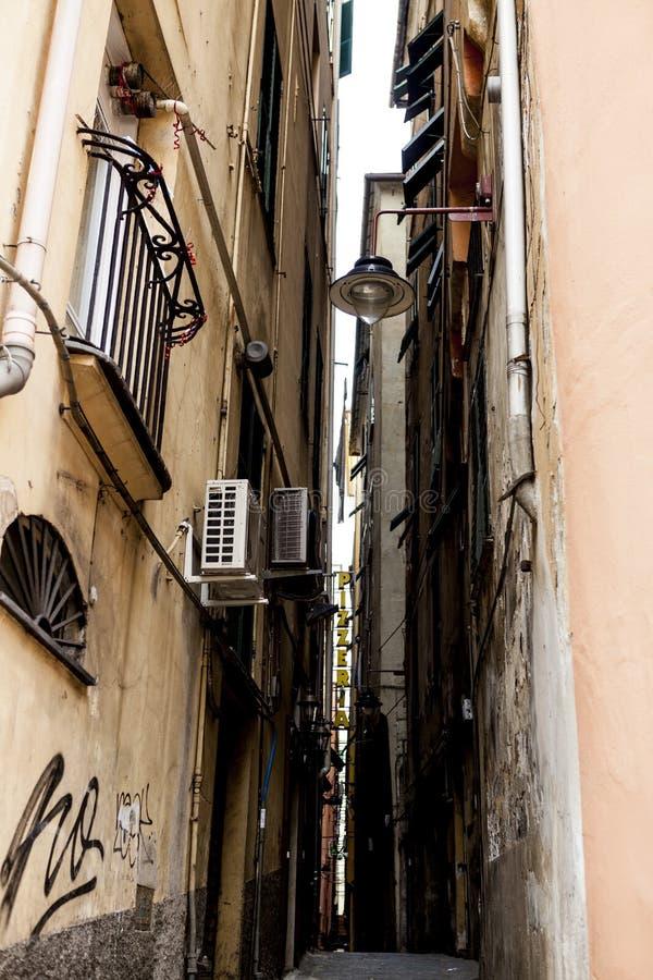 Die schmalen Straßen der Stadt von Genoa Italy Alte Kopfsteinstraße in den Fenstergrills Schöner Perspektiven-Weg Ein gutes plac stockbild