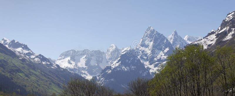 Die schneebedeckten Spitzen des Kaukasus Karachay-Cherkessia stockbilder