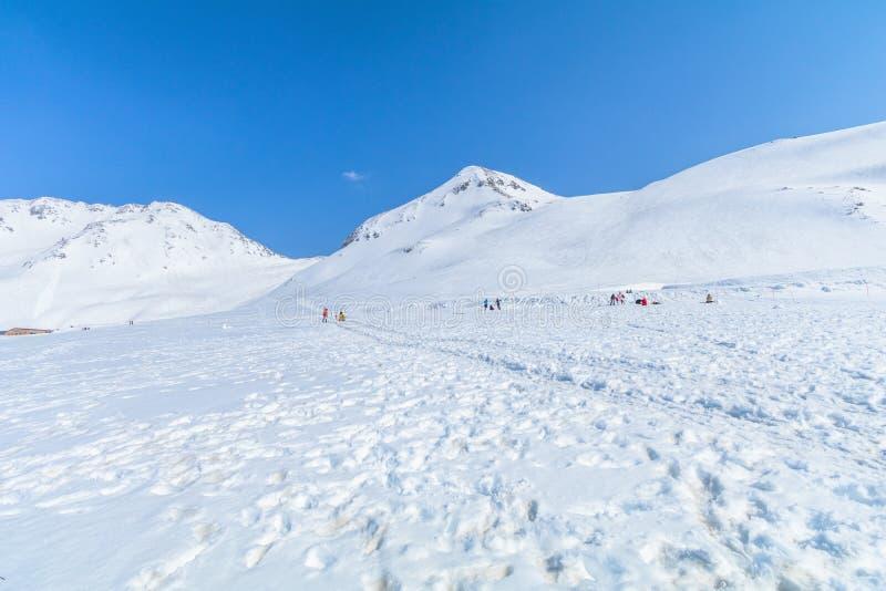 Die Schneeberge von Tateyama Kurobe alpin mit Ba des blauen Himmels lizenzfreies stockfoto